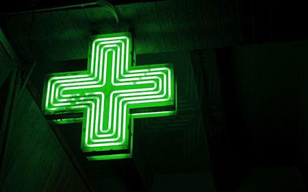 Croix de Pharmacie / Copyright : Sam Cockman